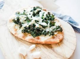 garlic kale pizza recipe, pizza, kale, homemade pizza recipe, naan pizza, vegetarian pizza recipe
