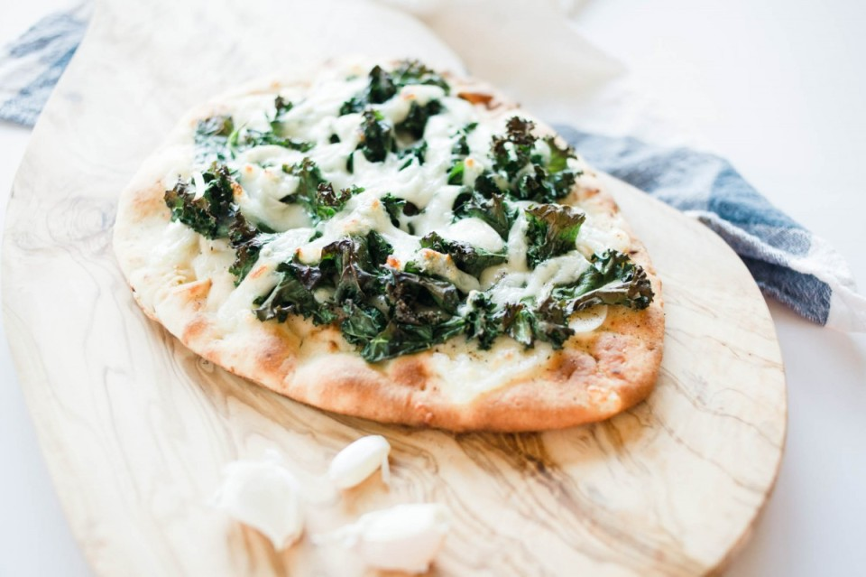 garlic kale pizza recipe, pizza, kale, homemade pizza recipe, naan pizza, vegetarian pizza recipe